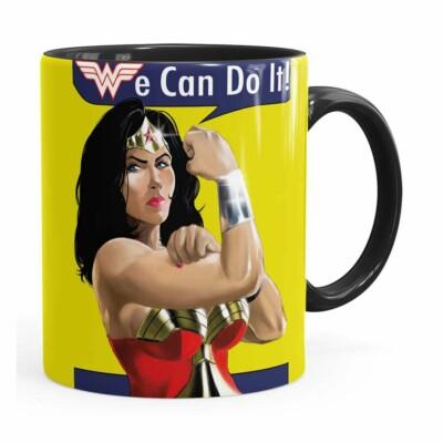 Caneca Mulher Maravilha We Can Do It! Preta